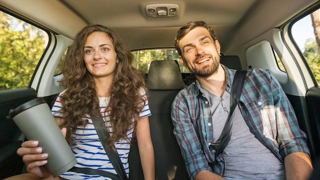 Jovem casal em uma viagem de carro Foto gratuita