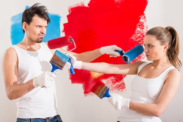 Jovem casal engraçado está fazendo o reparo em casa. Foto Premium