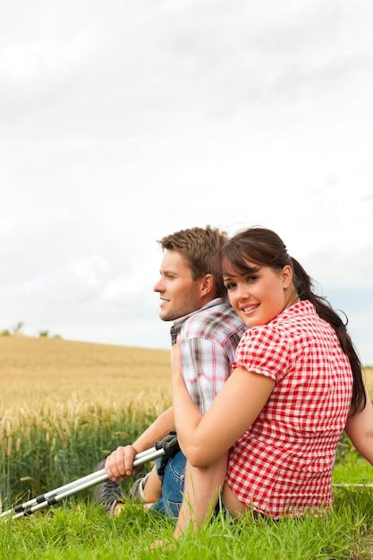 Jovem casal esportivo, caminhadas lá fora Foto Premium