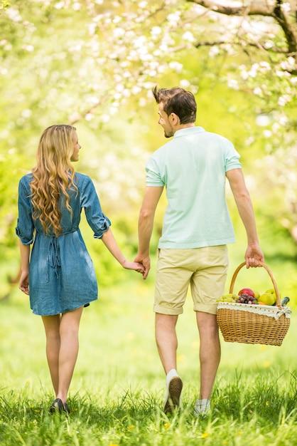 Jovem casal está caminhando na floresta juntos. Foto Premium