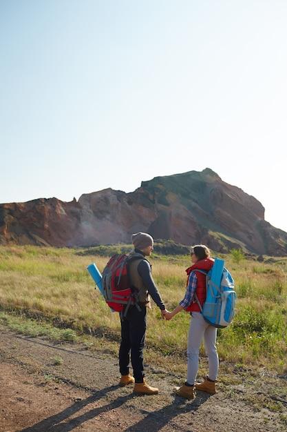 Jovem casal explorando o mundo Foto gratuita