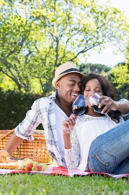 Jovem casal fazendo um piquenique no parque Foto gratuita