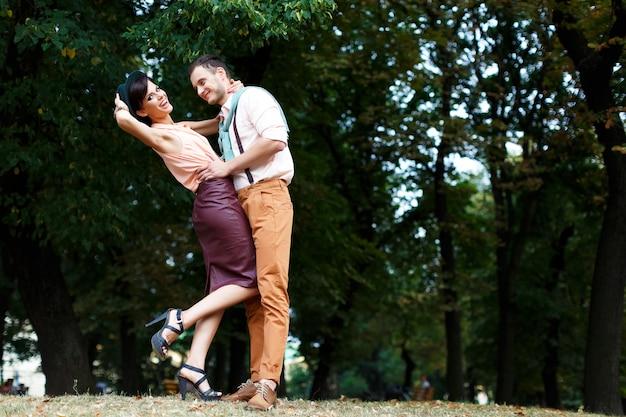 Jovem casal feliz abraçando e rindo Foto Premium