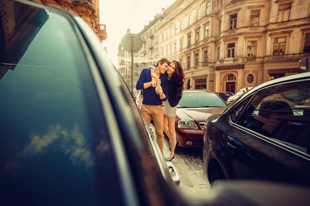 Jovem casal feliz abraçando na rua da cidade. Foto Premium