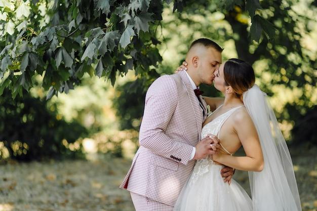 Jovem casal feliz casamento. noiva e noivo caucasiano abraçando Foto gratuita