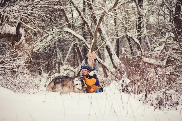 Jovem casal feliz e cachorro Foto Premium