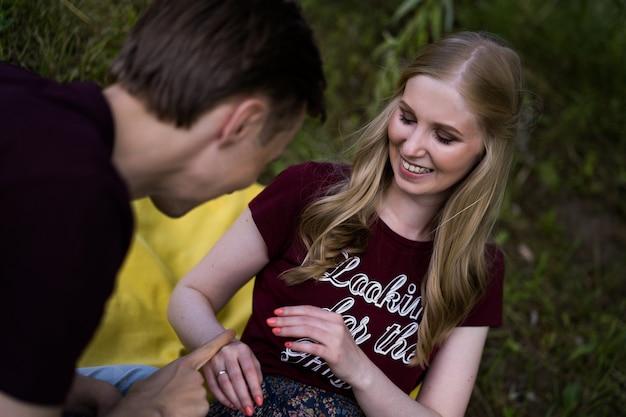 Jovem casal feliz no amor. abraços, beijos, piquenique. Foto Premium