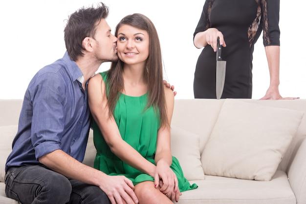 Jovem casal feliz no sofá em primeiro plano Foto Premium
