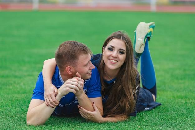 Jovem casal feliz se divertindo juntos. casal apaixonado, jogando jogos de esporte Foto Premium