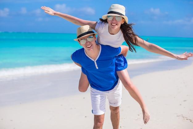Jovem casal feliz se divertir nas férias do caribe Foto Premium