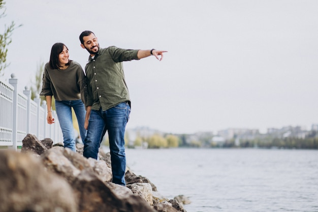 Jovem casal internacional juntos no parque Foto gratuita