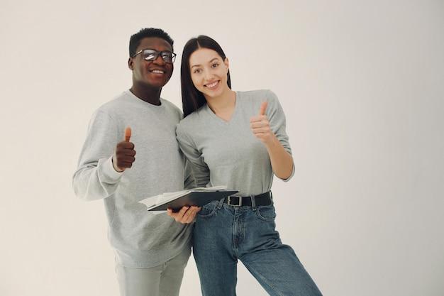 Jovem casal internacional trabalhando juntos e usa tablet Foto gratuita