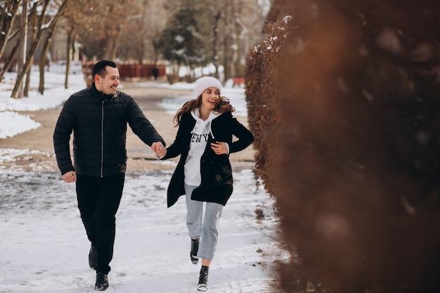 Jovem casal junto em um parque de inverno no dia dos namorados Foto gratuita
