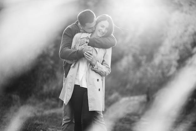 Jovem casal junto em uma natureza de outono Foto gratuita