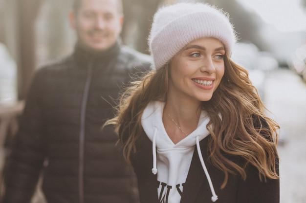 Jovem casal junto em uma rua de inverno em um dia dos namorados Foto gratuita