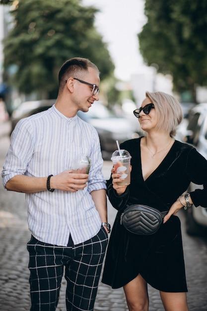 Jovem casal junto na cidade Foto gratuita
