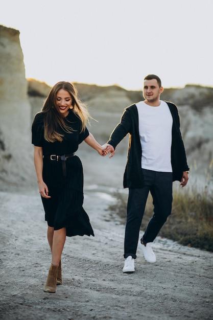 Jovem casal junto no parque, história de amor Foto gratuita