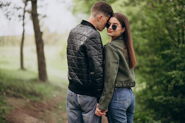 Jovem casal lindo na floresta juntos Foto gratuita
