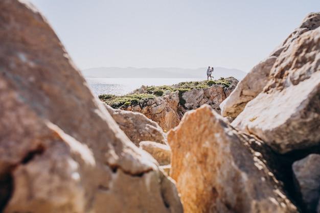 Jovem casal na lua de mel na grécia nas montanhas Foto gratuita