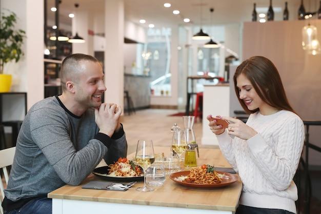 Jovem casal no restaurante Foto gratuita