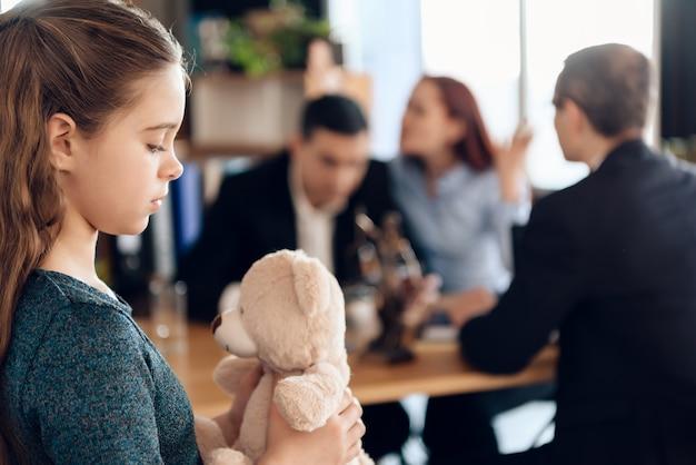 Jovem casal organiza tutela de menina. Foto Premium