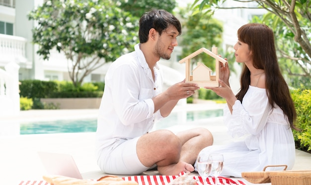 Jovem casal planejando comprar um conceito de casa. Foto Premium