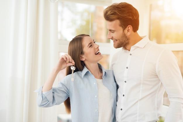Jovem casal posando para uma foto em um quarto brilhante. Foto Premium