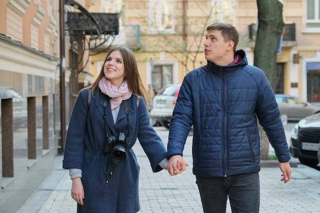 Jovem casal positivo de jovens blogueiros de homens e mulheres na cidade Foto Premium