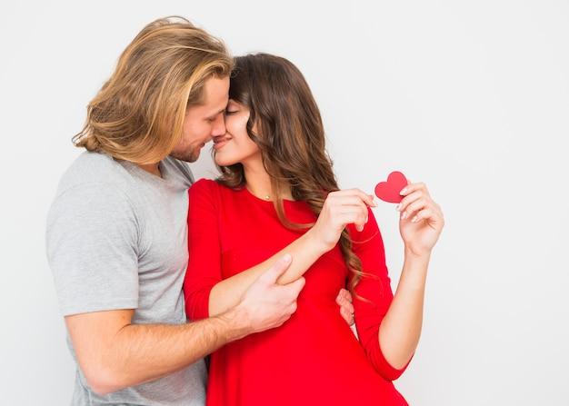Jovem casal romântico beijando-se contra o fundo branco Foto gratuita