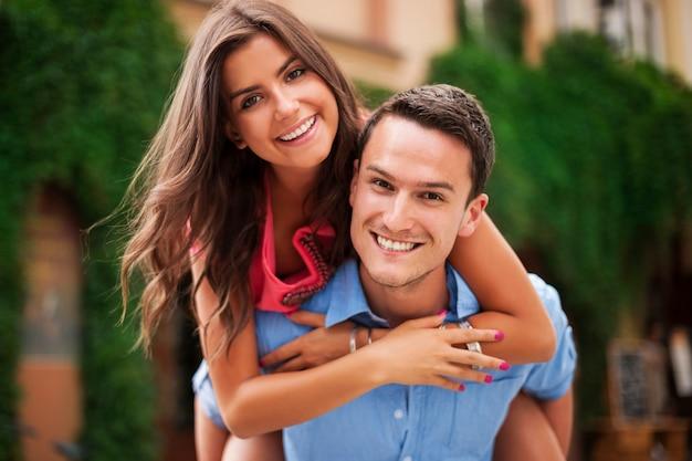 Jovem casal se divertindo muito juntos Foto gratuita