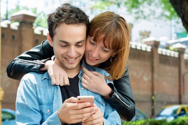 Jovem casal usando o aplicativo no smartphone Foto Premium