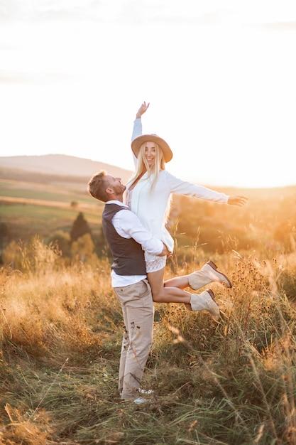 Jovem casal vestindo roupas de estilo indie hipster boho Foto Premium