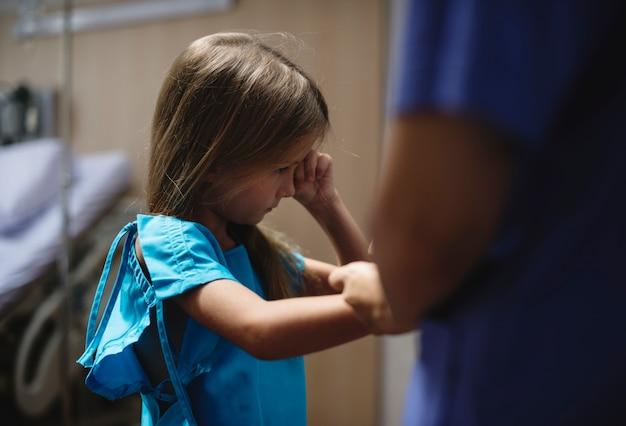 Jovem, caucasiano, menina, ficar, em, um, hospitalar Foto gratuita
