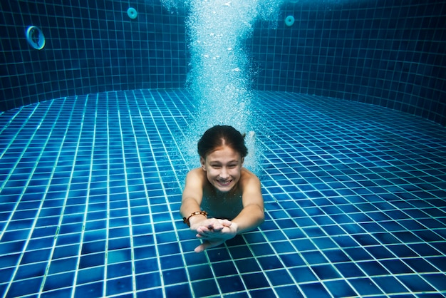 Jovem, caucasiano, menino, desfrutando, a, piscina, submarinas Foto gratuita