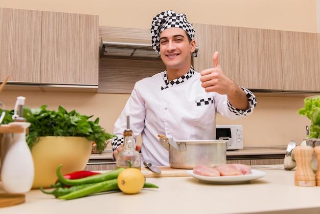 Jovem chef trabalhando na cozinha Foto Premium