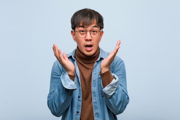Jovem chinês surpreso e chocado Foto Premium