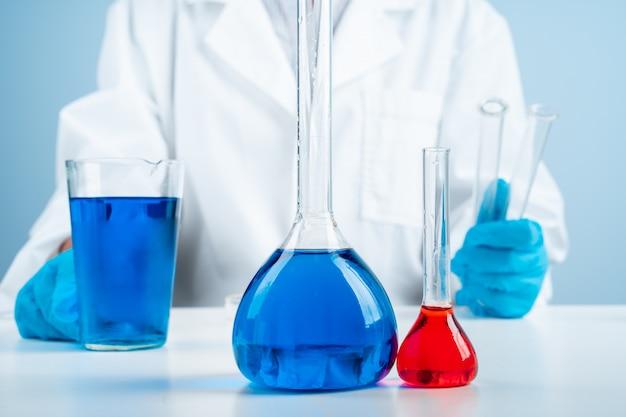 Jovem cientista com tubo de ensaio fazendo pesquisas em laboratório clínico, especialista em ciências profissional no trabalho, Foto Premium