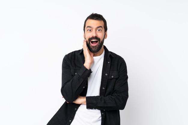 Jovem com barba isolado com surpresa e expressão facial chocado Foto Premium