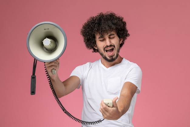 Jovem com raiva de um microfone de mão na frente Foto gratuita