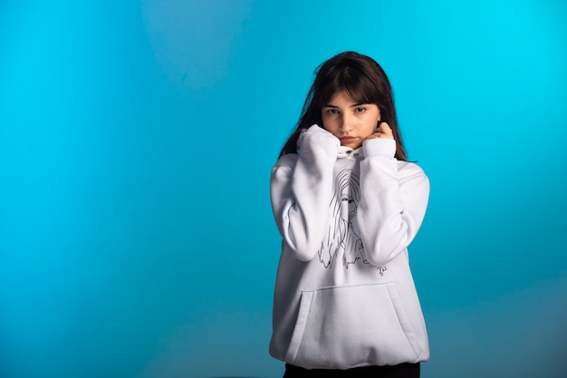 Jovem com roupas esportivas fundidas parece pensativa. Foto gratuita
