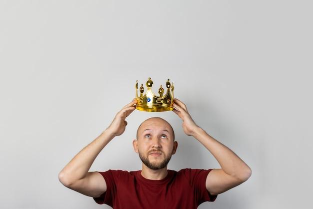 Jovem com uma coroa na cabeça isolada Foto Premium