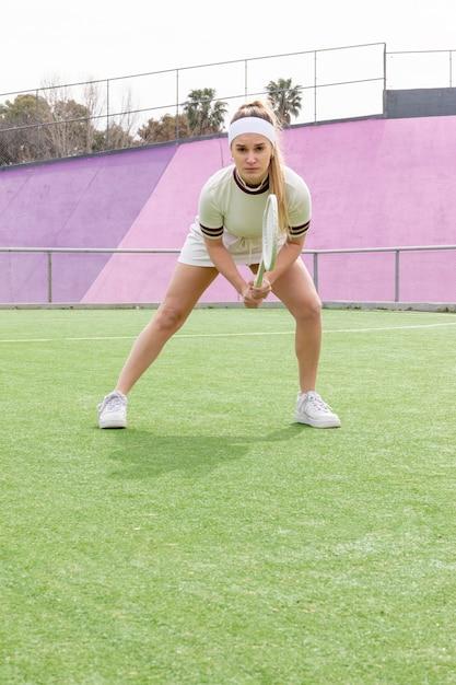 Jovem, concentrando-se na partida de tênis Foto gratuita