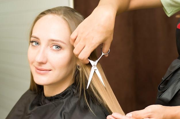 Jovem corta o cabelo Foto Premium