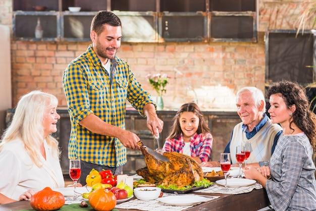 Jovem, corte, assado, galinha, tabela, família Foto gratuita