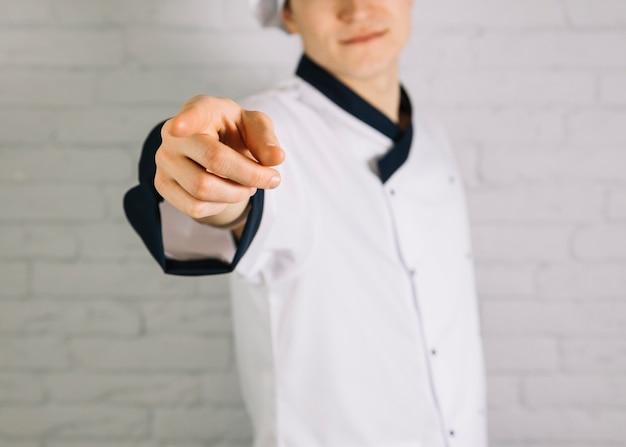 Jovem, cozinheiro, apontar dedo, em, visualizador Foto gratuita