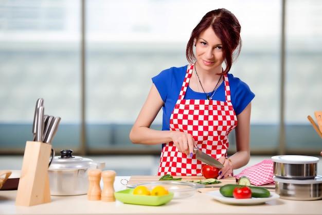 Jovem cozinheiro trabalhando na cozinha Foto Premium