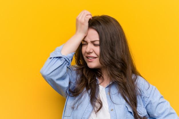 Jovem curvilínea mais tamanho mulher esquecendo algo, tapa na testa com a palma da mão e fechar os olhos. Foto Premium