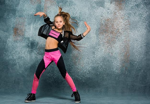 Jovem dançando na parede Foto gratuita