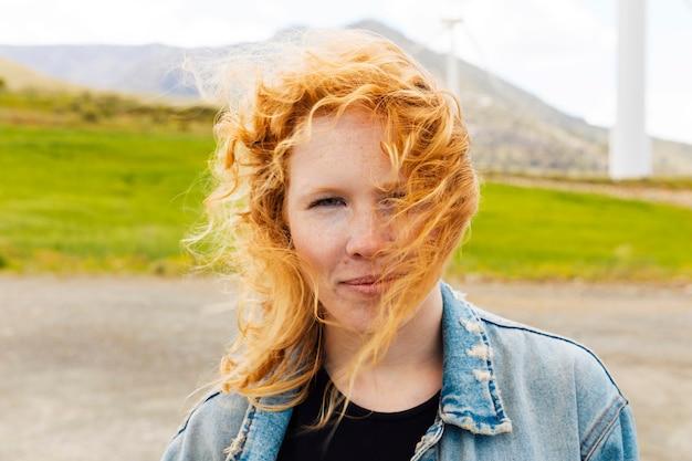 Jovem de cabelos ruivos na natureza Foto gratuita