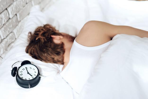 Jovem de cabelos vermelho dorme no quarto Foto Premium